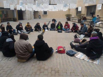 Los estudiantes encerrados en la UdG recogen firmas para que Adif retire la denuncia