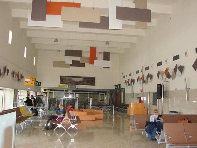 Imagen de archivo de una sala de embarque del Aeropuerto de Sevilla
