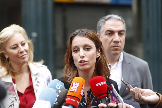 La vicesecretaria de Estudios y Programas del PP, Andrea Levy, atiende a los med