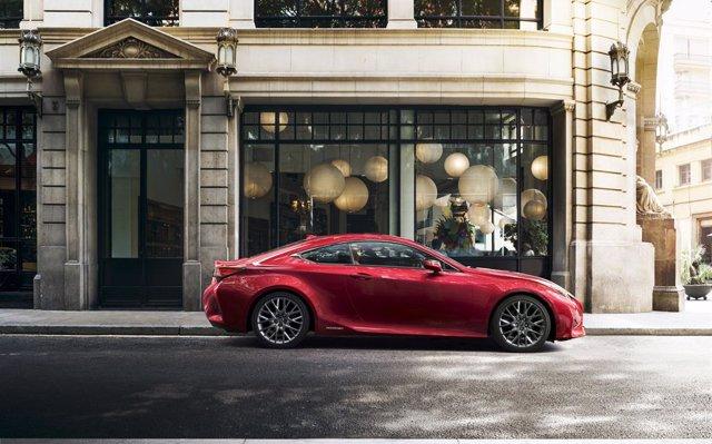 Lexus reinventa su coupé deportivo de lujo, el RC 300h, que llega a España