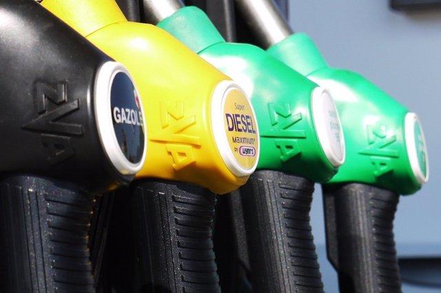 Foto de recurso de un surtidro de gasolina y diesel