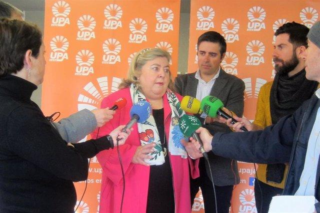 La europarlamentaria socialista Clara Aguilera atiende a los periodistas.