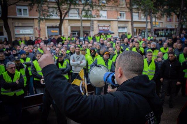 Taxistas concentrados para exigir la precontratación de los VTC