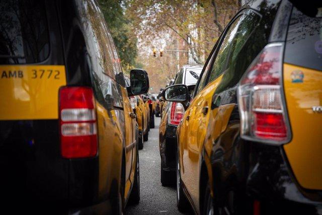Concentración de taxistas ante la Conselleria de Territorio de Catalunya