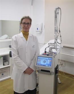 Arancha Moreno con la máquina de láser CO2 ablativo