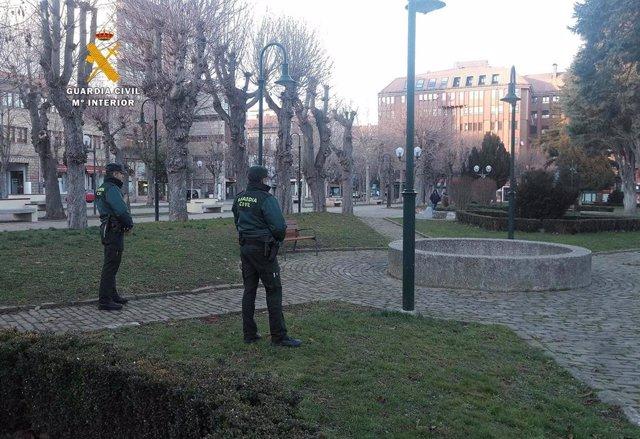 Agentes de la Guardia Civil en el parque Cupido de Reinosa