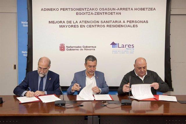 El consejero Domínguez, el vicepresidente Laparra y Eduardo Mateo, de Lares