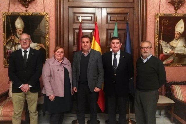Colegio de Farmacéuticos de Sevilla junto al alcalde de Sevilla