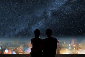 Un niño chileno enseña a mirar las estrellas con su telescopio para comprarse un traje espacial