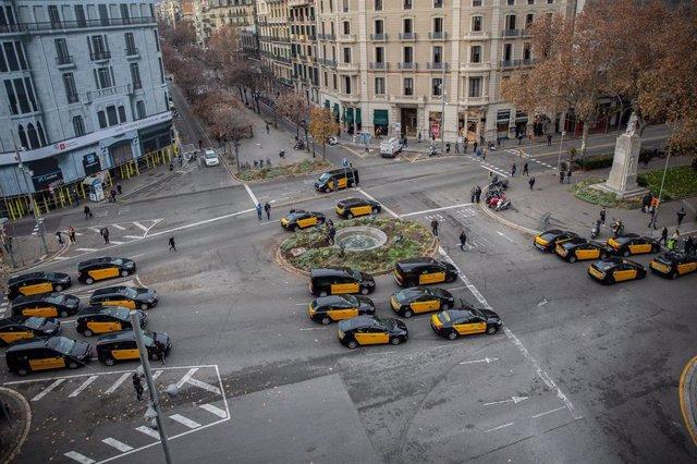 Taxis en la Gran Via de Barcelona