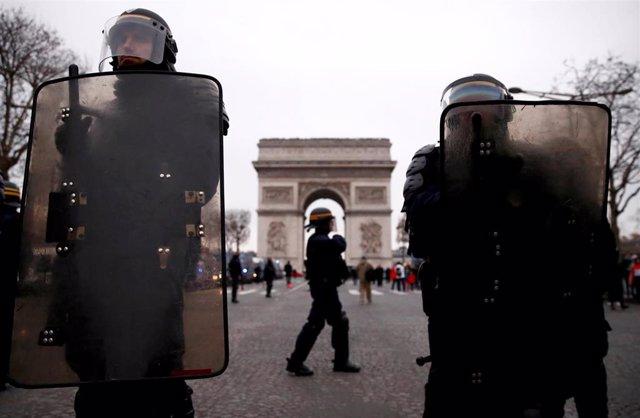 Policías antidisturbios en los Campos Elíseos de París