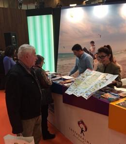 Visitantes en un stand de 'Costa de Almería'