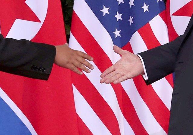 El apretón de manos de Kim y Trump