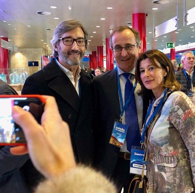 Alfonso Alonso, junto a Iñaki Oyarzábal y Laura Garrido