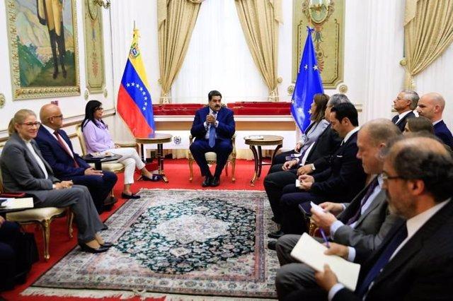 El presidente de Venezuela, Nicolás Maduro, con embajadores de la UE