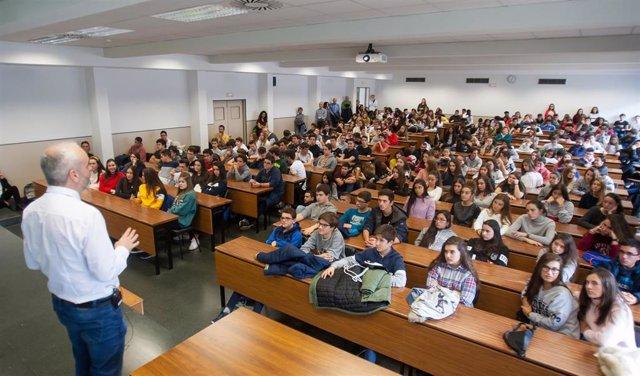 Charla del profesor de Bioquímica Iñigo Izal, en la Semana de la Ciencia