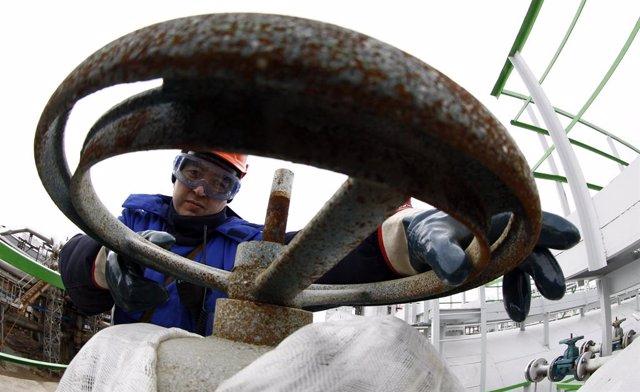 Un trabajador petrolero en una refinería de Bashneft
