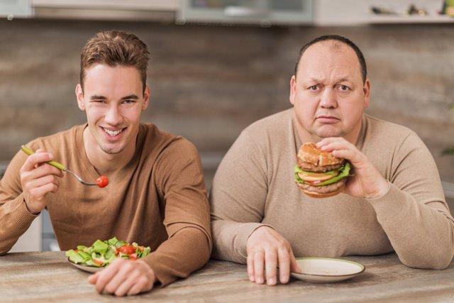 Hombre gordo, hombre delgado, ensalada, comida, dieta