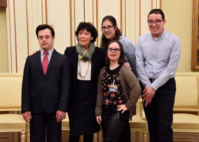 Isabel Celaá con jóvenes de la Fundación Síndrome de Down de Madrid