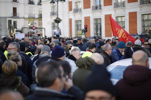 Concentración de taxistas en la Puerta del Sol