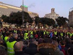 Els taxistes van cap a Sant Jaume per la reunió de Torra, Calvet i Buch (Europa Press)