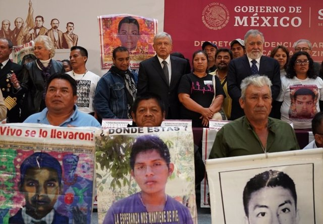 López Obrador con las familias de los 43 normalistas de Ayotzinapa desaparecidos