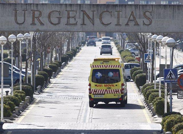 Cartel de Urgencias y ambulancias, ambulancia del SUMMA 112 en Madrid
