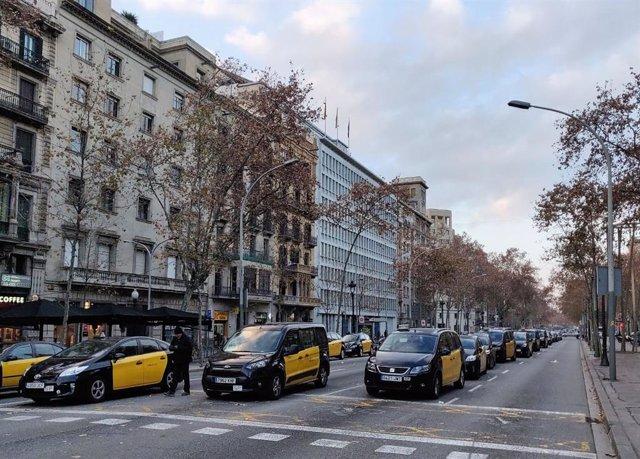 Taxistas de Barcelona cortan la Gran Via