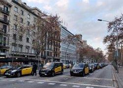Taxistes i VTC mantenen els talls a la Gran Via i la Diagonal (EUROPA PRESS)