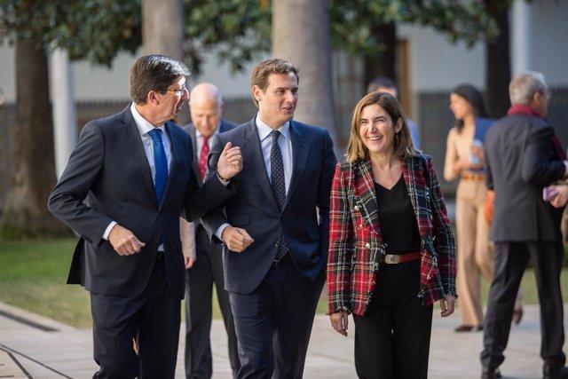 Rivera, junto a Marín y la consejera Rocío Blanco, en el Parlamento este lunes