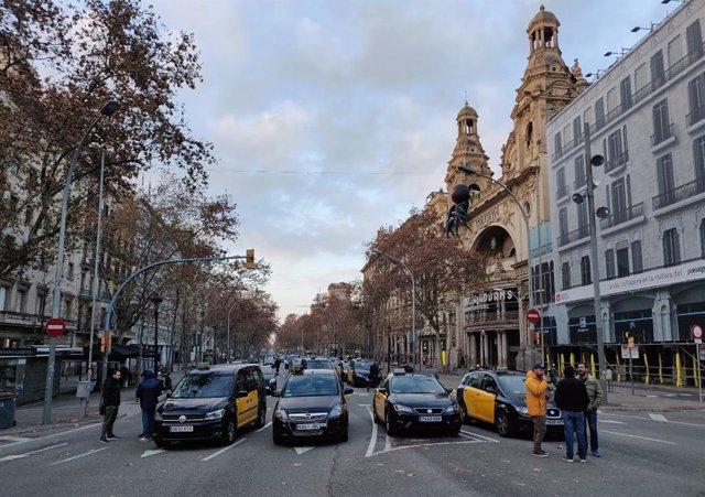 Protesta de taxistes a la Gran Via de Barcelona.