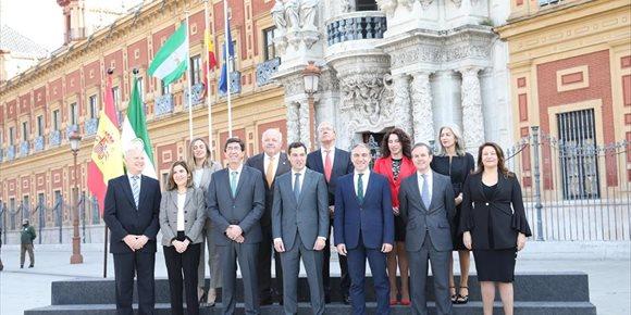 2. El nuevo Gobierno andaluz elige la fachada de San Telmo para su primera foto de familia