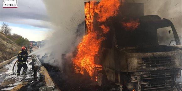 2. El incendio de un camión que transportaba paja obliga a cortar la A-23 a la altura de Jérica