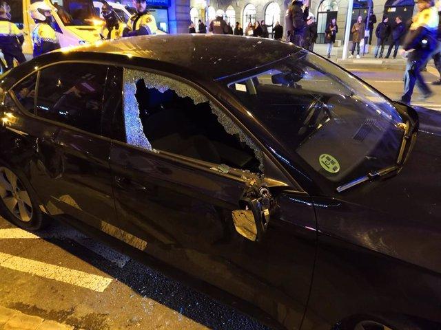 Cotxe VTC atacat per taxistes en vaga a Barcelona