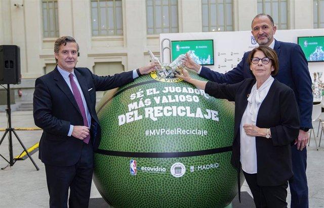 Inés Sabanés (Ayuntamiento Madrid) y Jesús 'Chus' Bueno en campaña de Ecovidrio