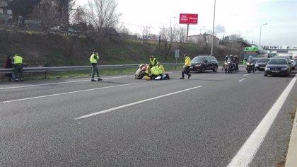 Un coche arrolla a un taxista que trataba de cortar la A-2 y se da a la fuga