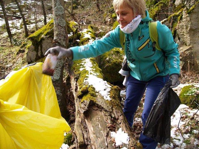 Participante en la limpieza de basuraleza en el Proyecto Libera