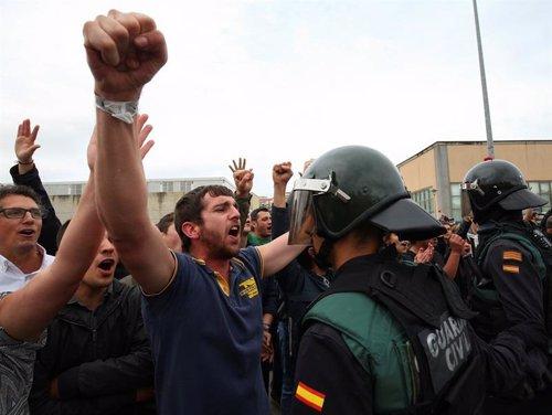 Un Guardia Civil durante una manifestación en el referendum catalán