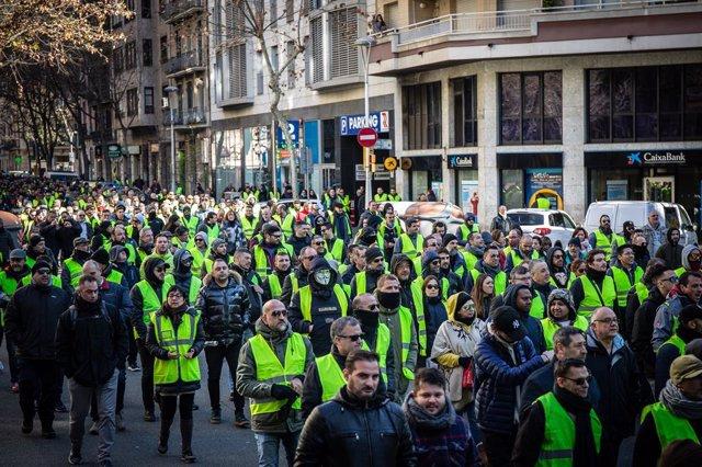 Marxa de taxistes a peu per Barcelona