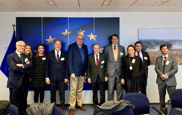 Reunión de representantes de la FEV con el comisario europeo Phil Hogan