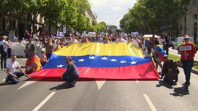 Venezolanos recorren las calles de Madrid