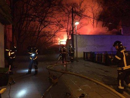 Diez dotaciones de bomberos extinguen un incendio en una parcela privada en Puente de Vallecas