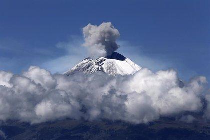 El volcán Popocatépetl de México escupe una columna de cenizas de más de 4 kilómetros