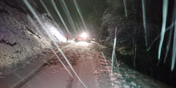 5. Policía Foral interviene para atender a un vehículo atrapado en la nieve en el puerto de Artesiaga