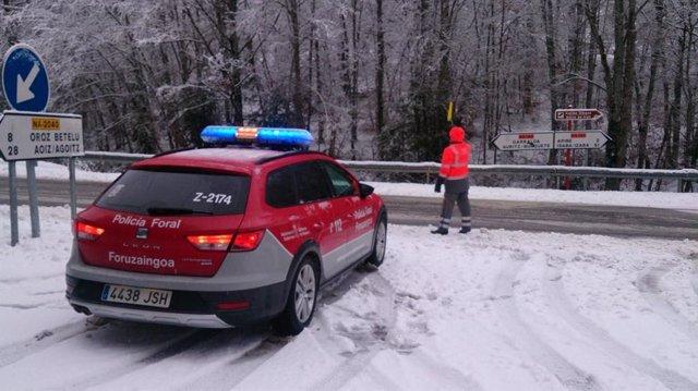 Policía Foral atiende nevada en Navarra.