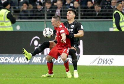 El Eintracht Frankfurt confirma la salida del defensa mexicano Carlos Salcedo