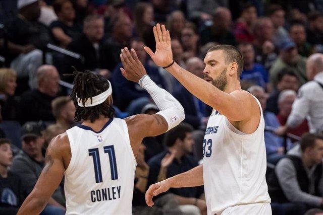 Los jugadores Marc Gasol y Mike Conley celebran un triunfo de Memphis Grizzlies