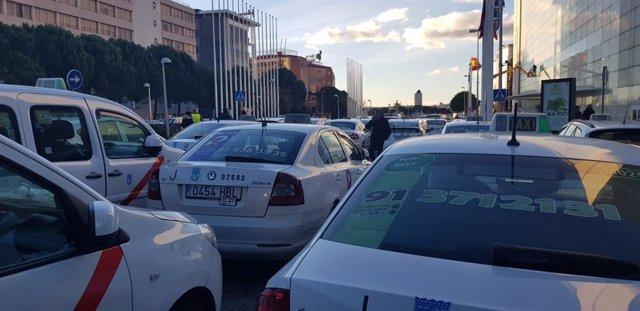 Concentración de taxistas de Madrid a las puertas del IFEMA