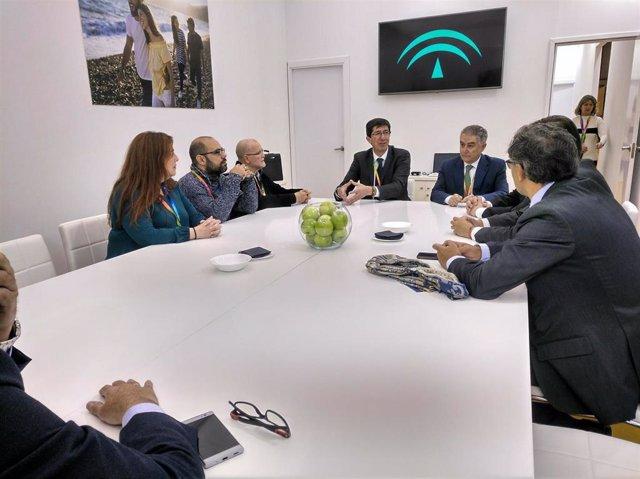 Juan Marín, reunido en Fitur con la Mesa del Turismo