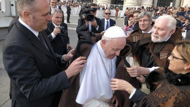 El Papa Francisco se coloca la capa Alistana 31-10-2018